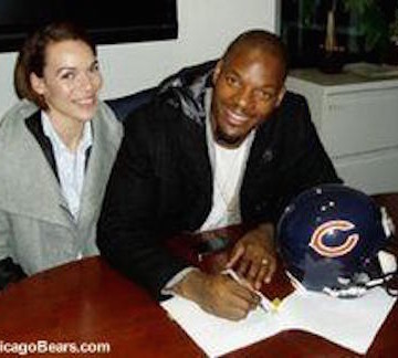 martellus-bennett-signing-contract-featured